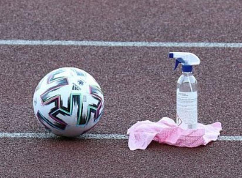 Fotbalisté, trenéři i vedení klubu FC MAS Táborsko se zpaojili do dezinfikování veřejných prostor