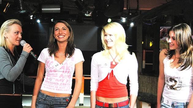 Na castingu si soutěžící vyzpovídá také samotná ředitelka soutěže Miss Junior Kateřina Hamrová (vlevo). Na našem snímku z roku 2006 stojí druhá zprava Andrea Zemánková, která se v témže roce stala druhou vicemiss Junior.