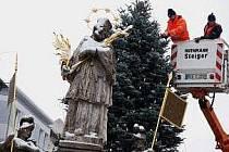 Svatého přes zimu zahalí.