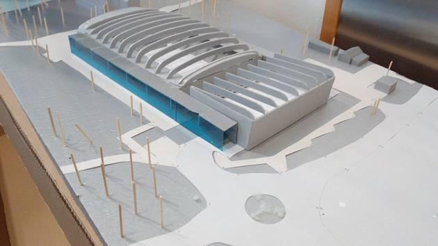 Dvě palubovky místo jedné, to je klíčová přednost projektu nové sportovní haly. Obě budou zcela samostatné i s hledištěm. Vizualizace a model.