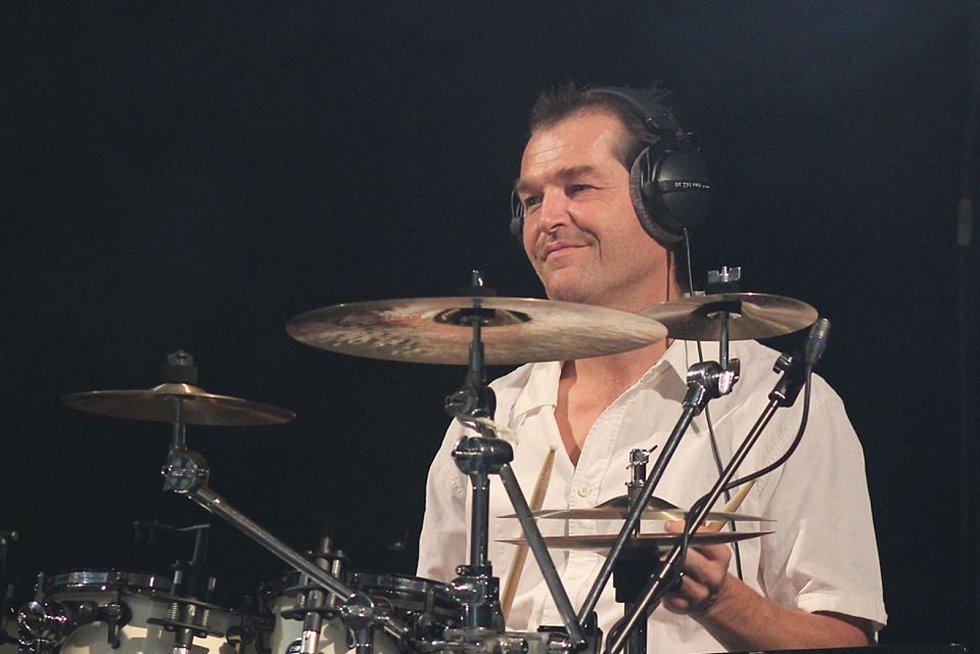 Odešel bubeník Jakuba Smolíka Pavel Geisler.