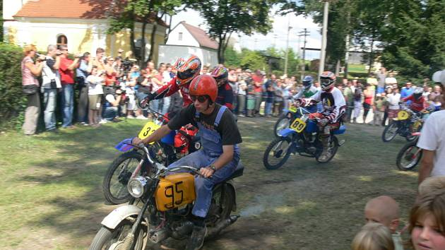 """Tradiční a populární závod ve Lhotě u Mladošovic na Borovansku pořádali v sobotu již posedmé. Tentokrát se do malé vesničky sjelo na sto osmdesát příznivců """"malých"""" motocyklů vyráběných v Československu do roku 1985."""