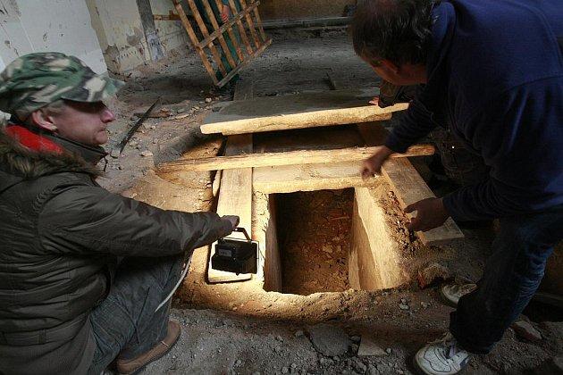 Kameníci otevřeli v českobudějovické katedrále sv. Mikuláše tři hrobky, hlavní, největší pod presbytářem a dvě po stranách v bočních lodích. Kostel je v současné době v rekonstrukci a církev si u archeologů Jihočeského muzea objednala podrobný průzkum.