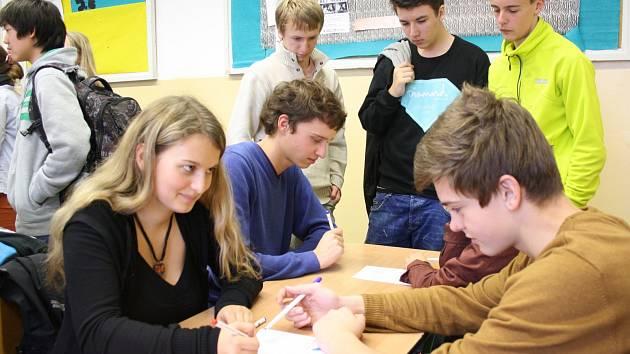 Čtvrtečního oblastního turnaje v piškvorkách se zúčastnilo 75 studentů z Českobudějovicka. Na snímku zrovna finišuje bitva  Lucie Draslarové a Jana Machače.