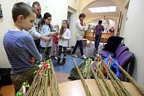 I malí čtenáři se připravují na Velikonoční pondělí. V knihovně se učili plést pomlázku