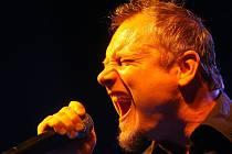 Hlas plný emocí má Broňa Míka, zpěvák českobudějovické rockové skupiny Satisfucktion. Ta vydala nové album s názvem Penumbra, které obsahuje 12 písniček.