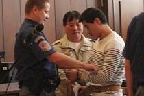 Vietnamský obchodník Dung Van Tran (uprostřed) a jeho potomek Tiep Thanh Tran v soudní síni.
