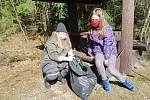 Amelie a Nelly Kaiserovy z Lachovic se pustili do úklidu na Kraví Hoře nad Vyšším Brodem.