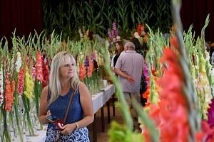 Tisícovka exemplářů různých odrůd gladiol z USA, Kanady, České republiky, Slovenska, Litvy, Moldávie, Ruska a Holandska proměnila kulturní dům v Neznašově v kvetoucí zahradu.