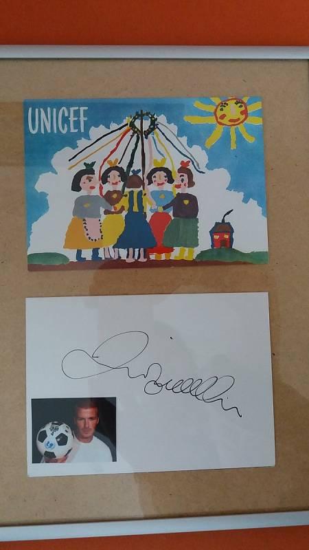 Pohlednici pro UNICEF mají nyní v Rudolfově vystavenou s podpisem Davida Beckhama.
