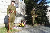 Čestná stráž u pomníku Obětem 1. světové války na Husově třídě v Českých Budějovicích.