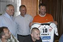 Zleva manažer VK Jihostroj ČB Zdeněk Scheichl, prezident Jan Diviš a odcházející trenér Petr Brom