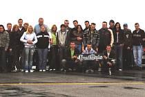 Členové VW Clubu Budweis se museli kvůli hromadné fotografii sjet se svými vozy až na přistávací dráze na hosínském letišti. Jak říká sám zakladatel klubu Martin Kala, málokam se všichni pohromadě vejdou.