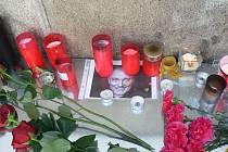 Příznivci legendárního zpěváka Karla Gotta k jeho fotografii pokládají květiny a zapalují u ní svíčky.