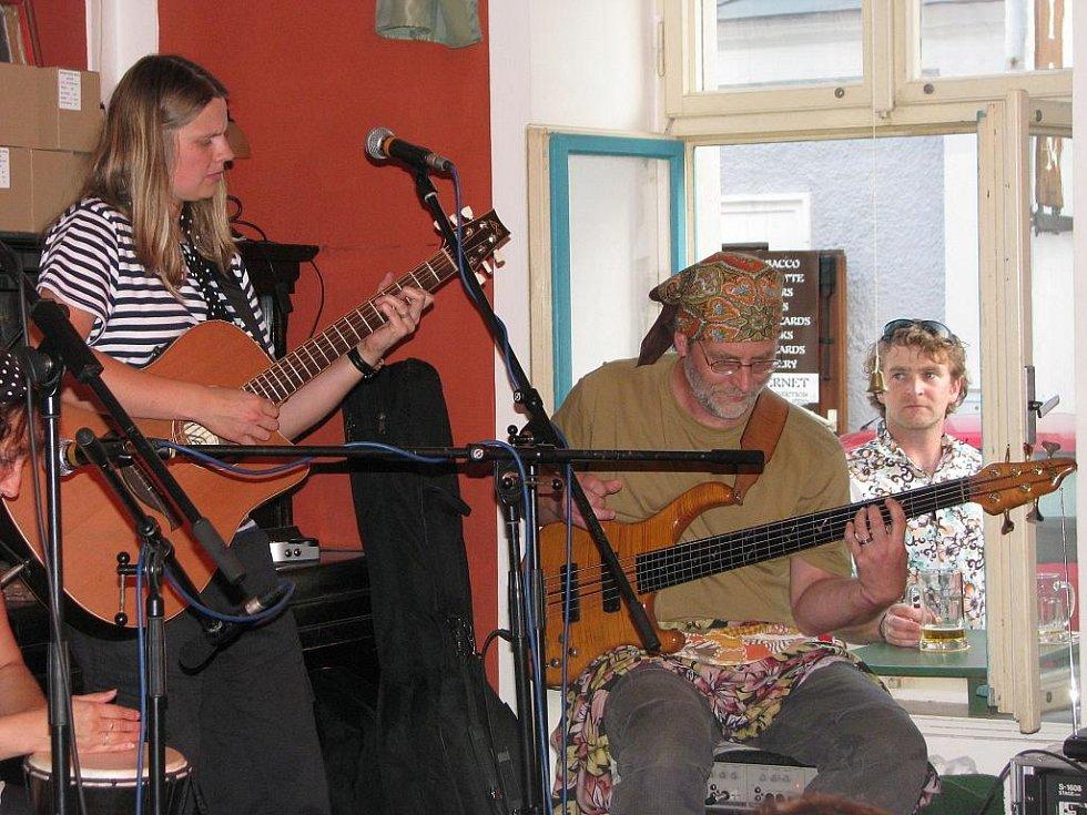 Skupina Lakomá Barka pokřtila své album ...stejně jiná v krumlovském klubu Antré.