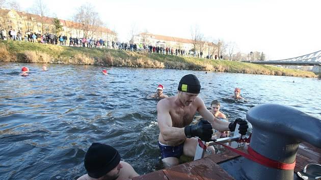 Silvestrovský ponor šestadvaceti otužilců v přístavu Lannovy loděnice sledovaly i desítky lidí na břehu.