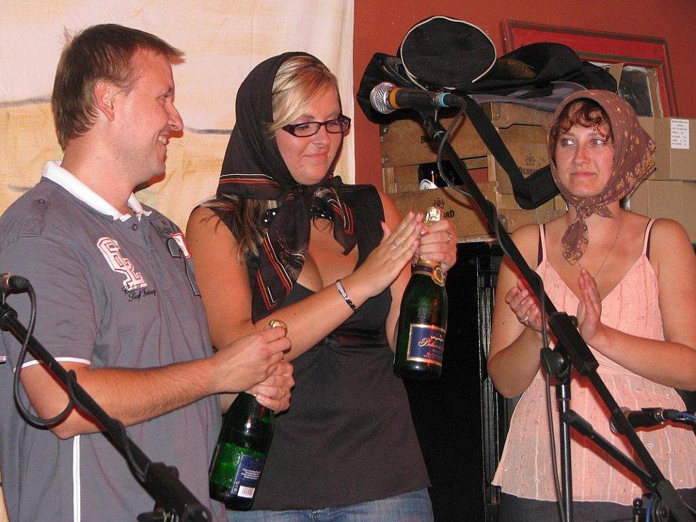 Skupina Lakomá Barka pokřtila své album ...stejně jiná v krumlovském klubu Antré. Vlevo zvukař Petr Michal.