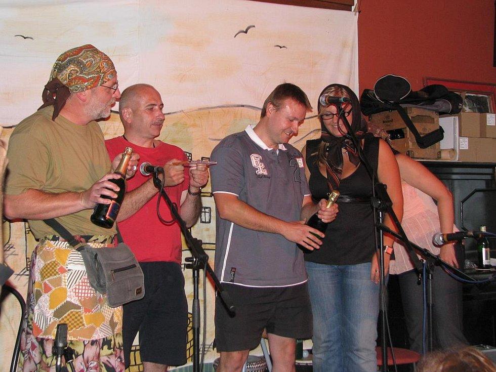 Skupina Lakomá Barka pokřtila své album ...stejně jiná v krumlovském klubu Antré. Křtilo se šampaňským.