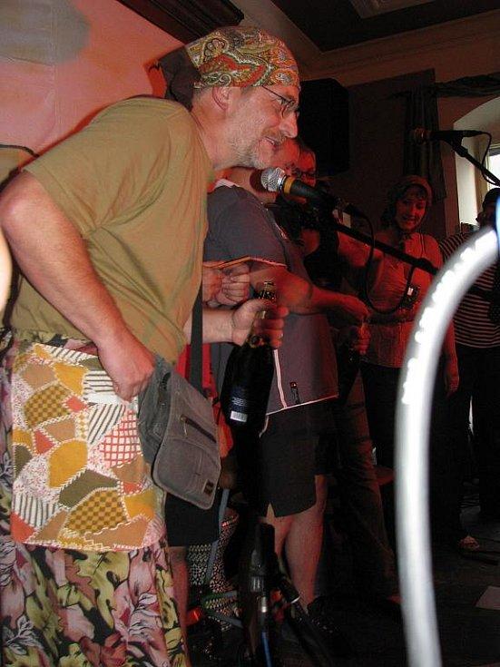 Skupina Lakomá Barka pokřtila své album ...stejně jiná v krumlovském klubu Antré. Desku pokřtil i baskytarista Petr Novotný z kapely Žalman a spol.