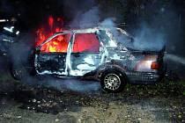 Za první dva srpnové týdny hořely v Českých Budějovicích čtyři automobily, které byly s největší pravděpodobností zapáleny úmyslně. Poškození majitelé vozů utrpěli újmu přes 170 tisíc korun. Na snímku požár Fordu Sierra v ulici Na Sádkách z noci 9. srpna.