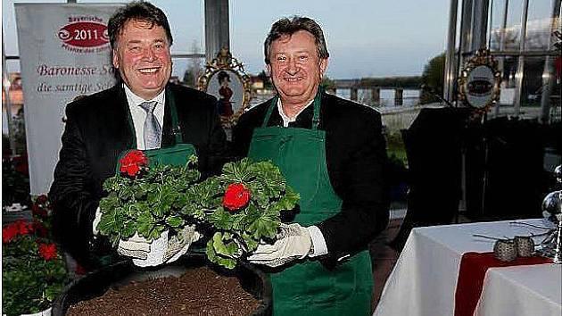 Ministr zemědělství (vlevo) jako kmotr šlechtičny.
