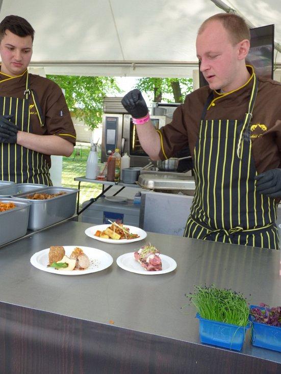 Nejlepší restauraci na jihu Čech volili o víkendu návštěvnici Bosch Fresh Festivalu. Jedni z těch, kteří bojovali o přízeň návštěvníků festivalu, byli i kuchaři z písecké restaurace Kozlovna U Plechandy.