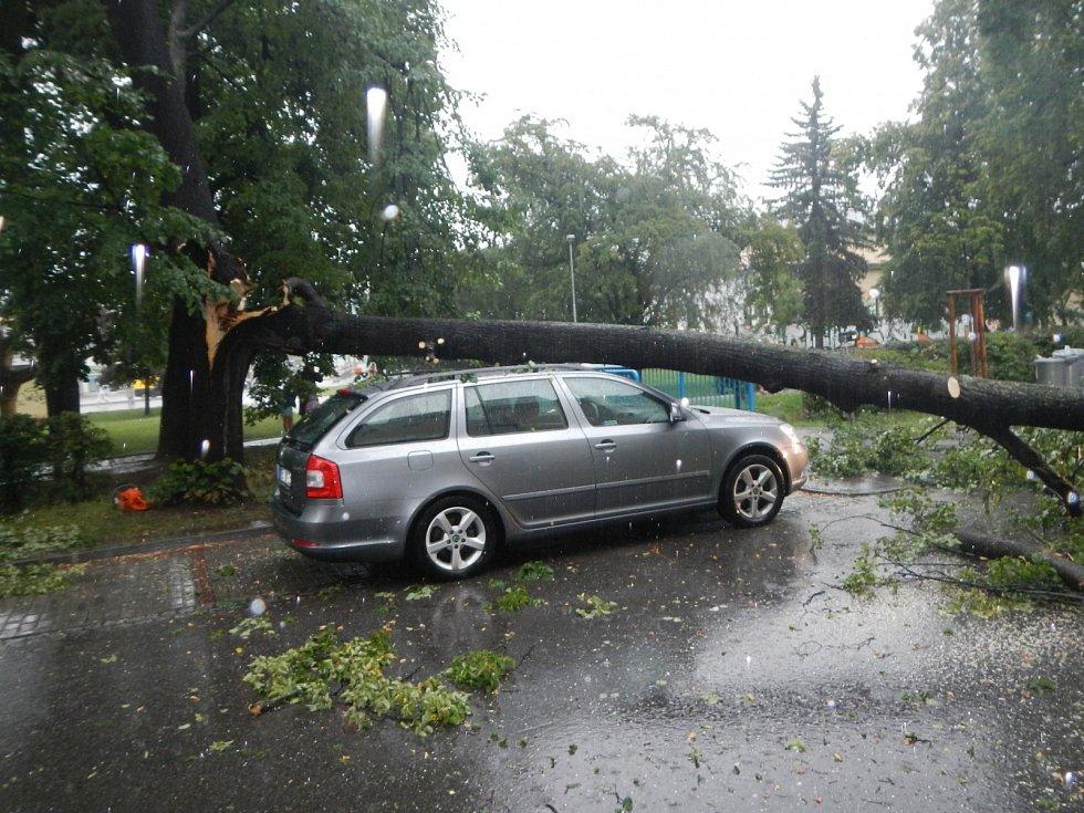 V českobudějovické třídě Čsl. legií spadla za bouřky ze stromu obrovská větev, která poničila i dvě zaparkovaná auta.