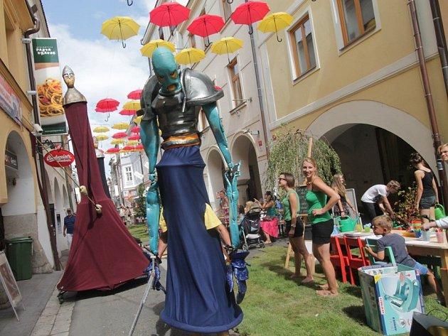 V pátek začala v centru Budějovic dvoudenní slavnost Město lidem, lidé městu. Nabízí pestrý kulturní program i netradiční výzdobu ulic.