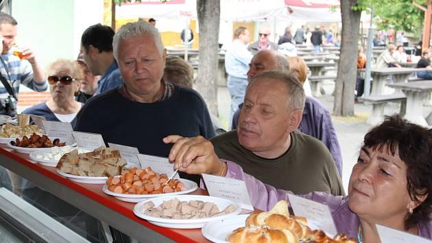 Po sobotním vyhlášení výsledků soutěže Chutná hezky. Jihočesky na českobudějovickém výstavišti mohli přítomní zdarma ochutnat vítězné výrobky, uzeniny, sýry či pečivo.
