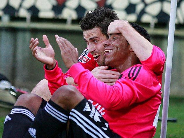 Michal Klesa a Jose Sandro se radují z gólu na 2:0, který Klesa dal a sandro mu na něj přihrával.