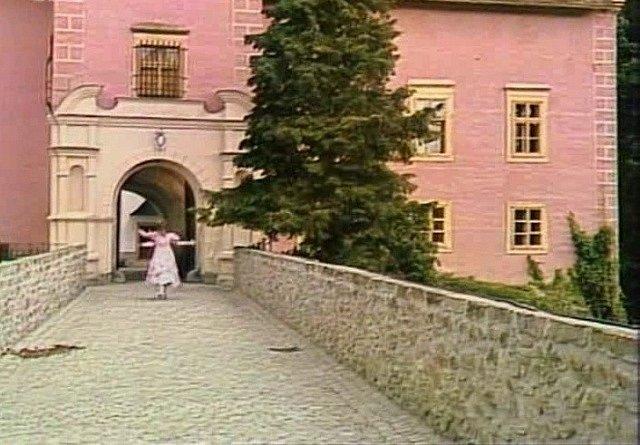 Princezna vybíhá ze zámku a po chvíli ztratí jeden střevíc.