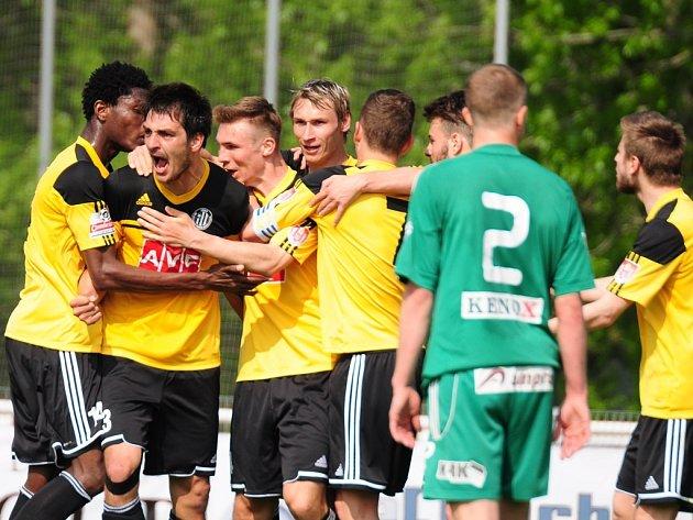 Pavel Novák (čtvrtý zleva) se spolu se svými spoluhráči měl možnost se takto na Střížkově třikrát radovat, Dynamo vyhrálo s Bohemians Praha 3:0.