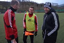 Fotbalisté Dynama soustředění v Prachaticích dle trenéra Davida Horejše zvládají v pohodě. Na snímku s ním jsou Zdeněk křížek a Petr Benát.
