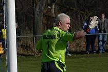 Brankář Jan Matoušek se v derby hněval na sudího Krčína, že nařídil proti Hluboké penaltu. Komise KFS mu daly po rozboru videa za pravdu.