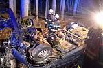 Zraněnou řidičku museli vystříhat z auta hasiči.