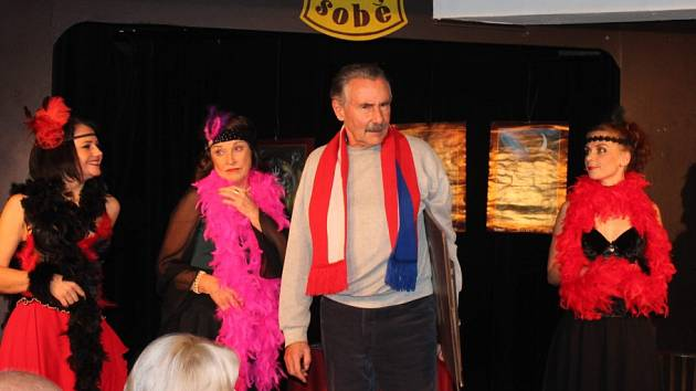 Hra Kde líbají Múzy, kterou premiéroval Kabaret U Váňů začátkem prosince, nabízí chytlavé písničky, vtipné repliky a vynalézavé básnické zkratky. Na snímku uprostřed Eda Váňa.