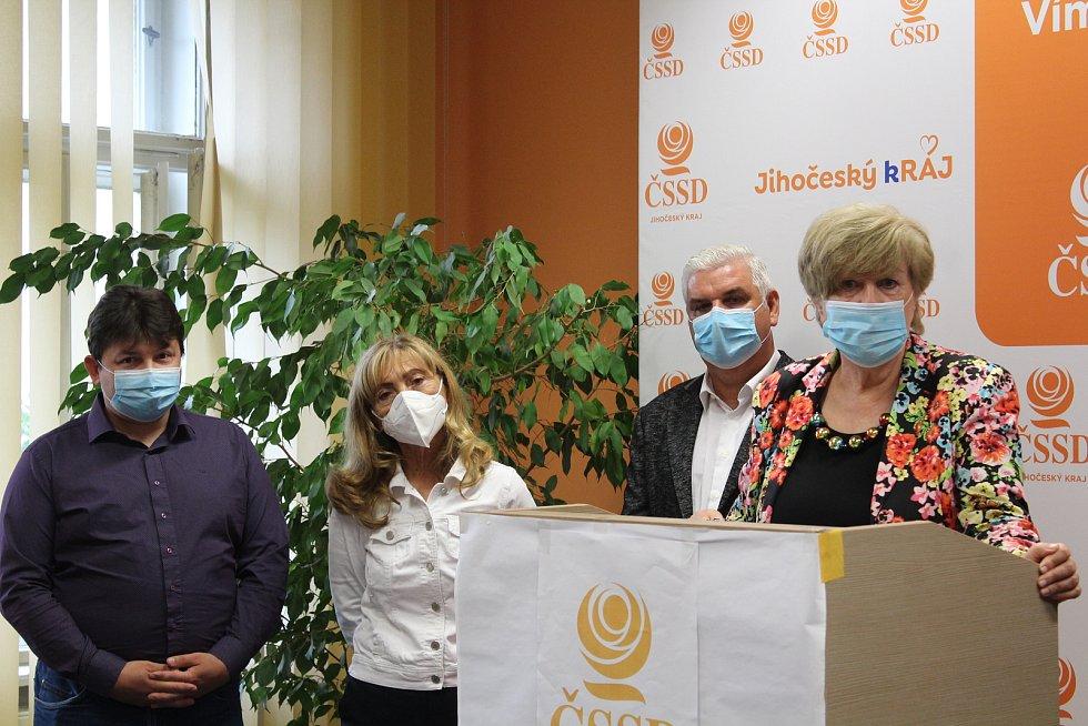Jihočeská ČSSD zveřejnila kandidátní listinu. Na snímku (zleva) Pavel Ounický, Kvetoslava Kotrbová, Antonín Krák a hejtmanka Ivana Stráská.