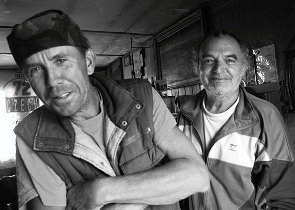 Hary, na fotografii vlevo je bývalý voják.  Avojenský pořádek má nejspíš vkrvi. Jeho příbytek, který mu nahradil domov, je totiž dokonale uklizený.