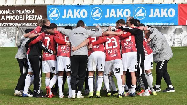 Radost fotbalistů Dynama po vítězství v Příbrami.