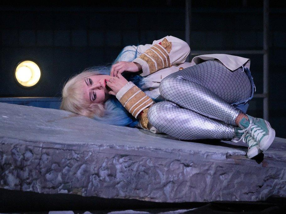 Linecké Hudební divadlo uvádí operu Salome, kterou složil Richard Strauss. Výrazně ji zmodernizovalo. Na snímku Astrid Weber jako Salome.