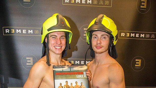 Dva zkalendáře hasičů.