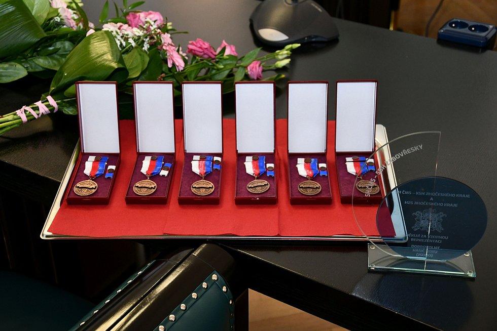 Předávání pamětních medailí jihočeským osobnostem, které dlouhodobě podporují dobrovolné hasiče.