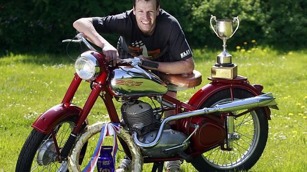 Vladislav Prokeš mladší se stal se ztrátou jediného bodu absolutním vítězem rallye veteránů, které se konalo na Křivonosce u Hluboké nad Vltavou. Převážně dovednostní soutež absolvoval na motocyklu Jawa z roku 1952.