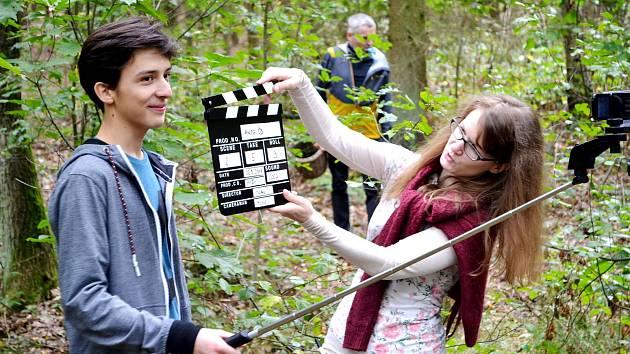 Část úvodního filmu k Filmovému festivalu Černá věž se odehrává v lese u Zavadilky. Na snímku herec Josef Kurz.