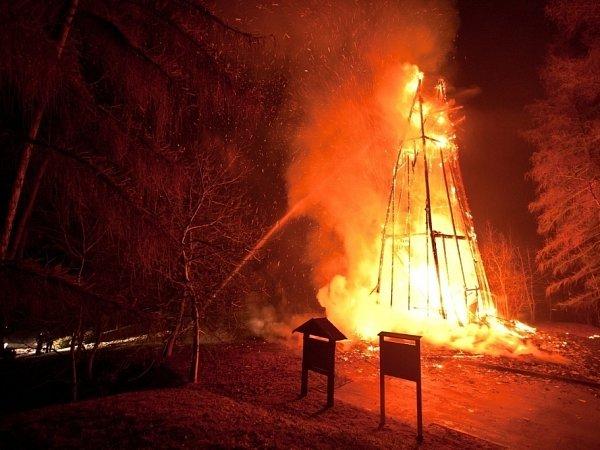 Rozhlednu Hýlačka zničil požár.