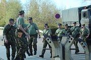 Výstavbou kontrolního propouštěcího stanoviště a umístění raketového odpalovacího zařízení začalo vojenské cvičení v areálu atomové elektrárny Temelín.