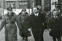 Nacističtí pohlaváři pochodují po dnešním českobudějovickém náměstí Přemysla Otakara II. Z pravé strany komisař okresní správy Jarolím, komisař města David, velitel okupačních vojsk generál Weichs, krajský vedoucí NSDAP Westen.