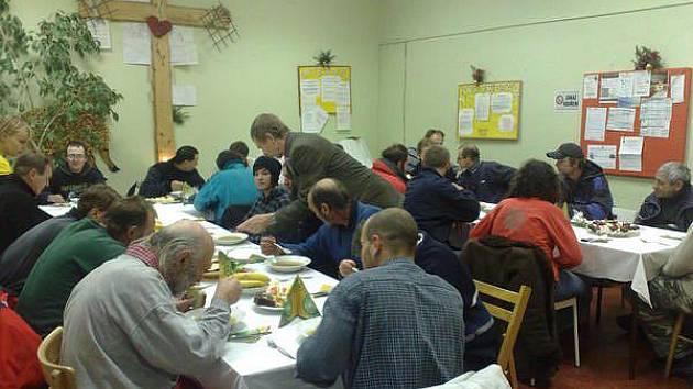 Lidé bez domova svátečně povečeřeli v azylovém domě.