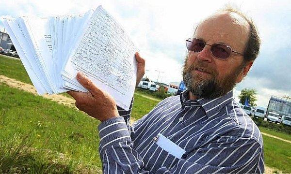 Aktivista Albrecht se chlubí podpisy.