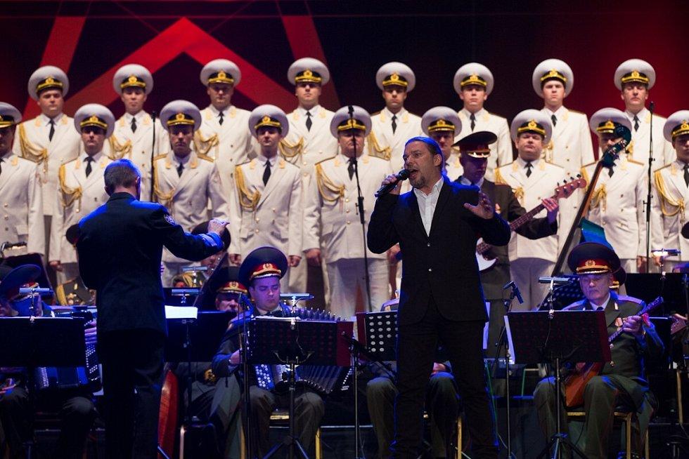 Alexandrovci zpívali 8. prosince v českobudějovické Budvar aréně. Přilákali asi 3000 lidí. Na snímku Petr Kolář, jeden z hostů koncertu.